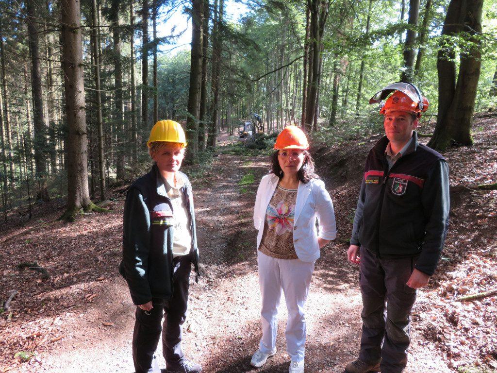 Mit Vertretern des Forstamts Olpe im heimischen Wald